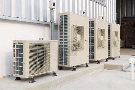 Photo pour Installation du compresseur d'air sur piédestal . - image libre de droit