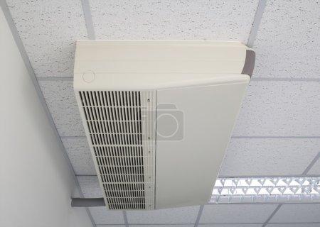 Photo pour Fixation de la machine de climatiseur avec plafond . - image libre de droit