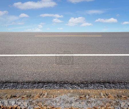 Photo pour Coupe transversale du chemin d'asphalte avec le fond de ciel bleu. - image libre de droit