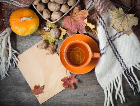 Foto de Bodegón de otoño con la taza de té, de cuadros y hojas. Concepto con espacio de texto libre - Imagen libre de derechos