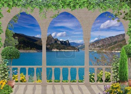 Photo pour Une belle terrasse revêtue de lierre donnant sur le lac dans les Alpes - image libre de droit