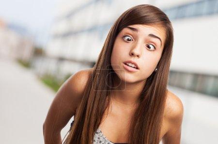 junge hübsche Mädchen scherzen und schielen