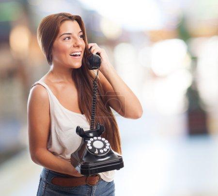 Photo pour Portrait d'une belle jeune femme parlant par téléphone - image libre de droit