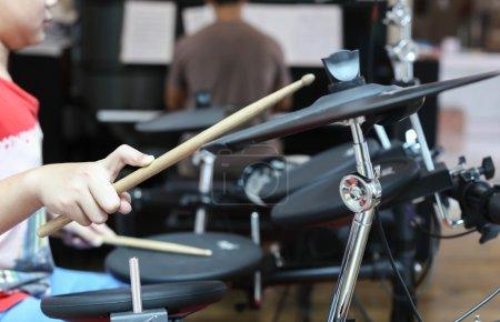 Photo pour Groupe de répétition musicale masculin jouant du piano et du tambour électronique dans la salle de musique - image libre de droit