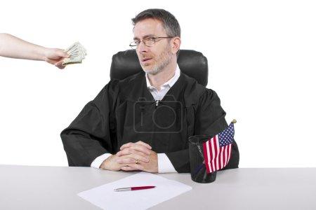 Photo pour Corrompu juge américain prenant l'argent comme pot-de-vin ou voler - image libre de droit