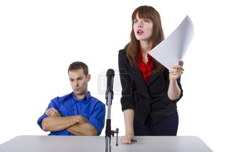 Photo pour Avocate représentant un client masculin lors d'une audience - image libre de droit