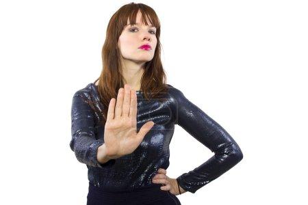 Mujer rechazando o diciendo no con gesto de mano
