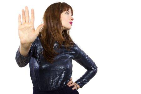 Photo pour Femme élégante refusant ou disant non avec geste de la main - image libre de droit