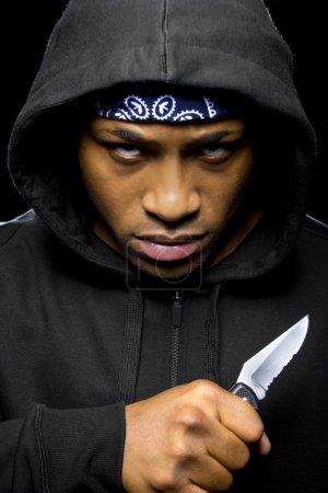 Photo pour Thug portant hoodie et couteau tenue dans la main - image libre de droit