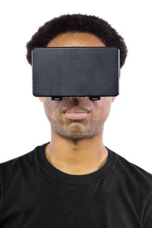 Photo pour Mâle noir, portant un casque de réalité virtuelle sur un fond blanc - image libre de droit