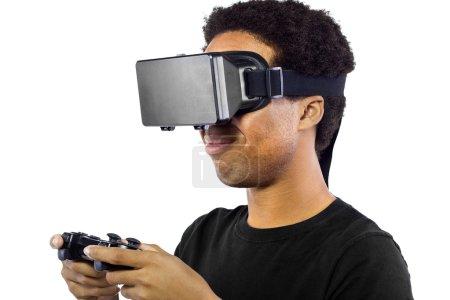 Photo pour Mâle noir, portant un casque de réalité virtuelle et le contrôleur sur fond blanc - image libre de droit