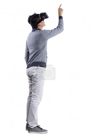 Photo pour Homme immergé dans la réalité virtuelle interactive jeu vidéo faire des gestes sur fond blanc - image libre de droit