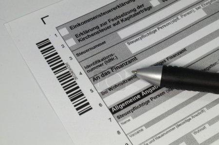 Photo pour Formulaire de déclaration de revenus et stylo - image libre de droit
