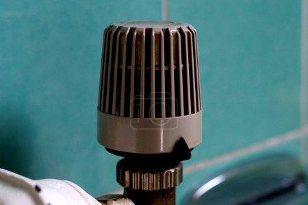 Photo pour Contrôleur sur un radiateur - image libre de droit