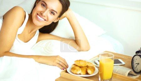 Photo pour Jeune belle femme couchée au lit. - image libre de droit