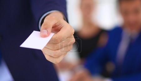 Photo pour Gros plan d'un homme d'affaires debout avec une carte  . - image libre de droit
