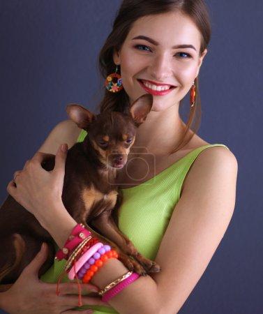 Mädchen mit Hund auf grauem Hintergrund