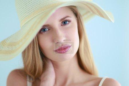 Photo pour Portrait de beau modèle en chapeau, isolé sur fond blanc - image libre de droit