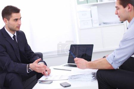 Photo pour Gens d'affaires s'asseoir et de discuter à la réunion d'affaires, au bureau - image libre de droit