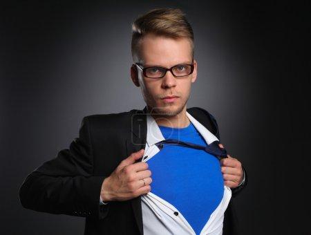 Photo pour Jeune homme d'affaires agissant comme un super héros et déchirant sa chemise - image libre de droit