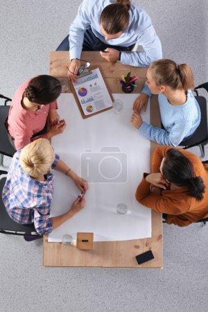 Photo pour Les gens d'affaires assis et discutant à la réunion d'affaires - image libre de droit