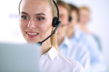 séduisantes positives jeunes gens d'affaires et ses collègues dans un bureau de centre d'appel