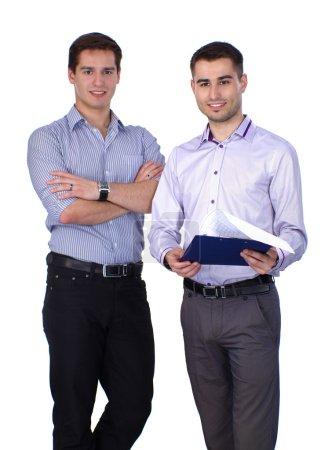 Photo pour Deux hommes d'affaires détenant dossier contractuel isolé sur fond blanc - image libre de droit