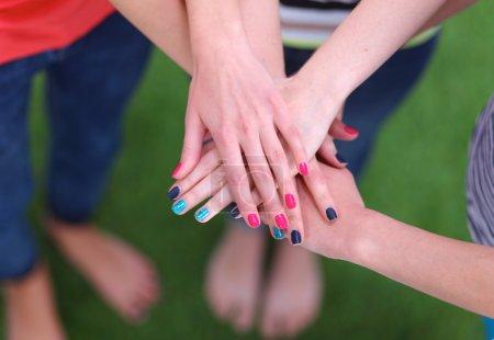 Gens qui se joignent leurs mains sur l'herbe verte