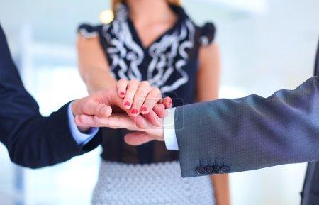 Photo pour Femme d'affaires se serrant la main au bureau - image libre de droit