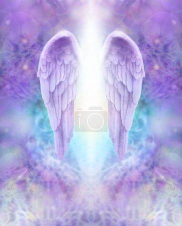 Photo pour Belle paire d'ailes d'ange lilas avec lumière blanche coulant entre les deux, flottant sur une dentelle complexe comme le lilas et turquoise fond de formation d'énergie de couleur - image libre de droit