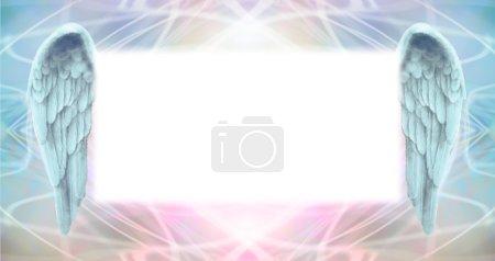 Photo pour Fond large vaporeux énergie éthérée d'une superficie de Conseil grand brumeux message central blanc flanquée d'une paire d'ailes d'ange - image libre de droit