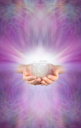 Foto de Mujer manos ahuecadas con ráfaga de energía blanca por encima sobre un fondo de formación de energía rosa púrpura femenina intrincado hermosa con un montón de espacio de copia - Imagen libre de derechos