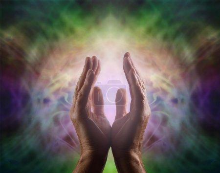 Photo pour Domaine de l'énergie complexe vignette multicolores avec des mains mâles atteignant et une douce lumière rose entre - image libre de droit