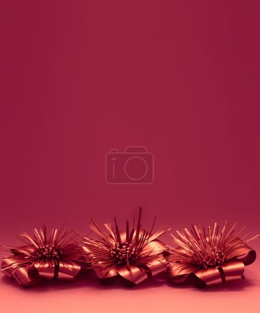 Foto de Retrato rojo orientado al panel con tres brillantes decoraciones de Navidad brillantes mentira al lado del otro en la parte inferior de la página con un montón de espacio de copia superior - Imagen libre de derechos