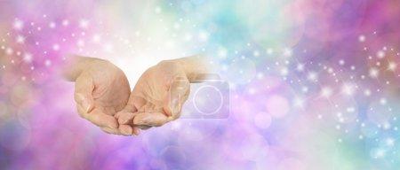 Photo pour Paire de paume coupée vers le haut des mains féminines sur le côté gauche émergeant de fond mousseux bokeh délicat avec une coloration pastel pâle - image libre de droit