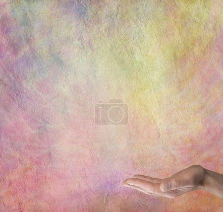 Photo pour Main masculine tendue avec la paume tournée vers le haut sur un fond effet pierre multicolore avec beaucoup d'espace de copie - image libre de droit