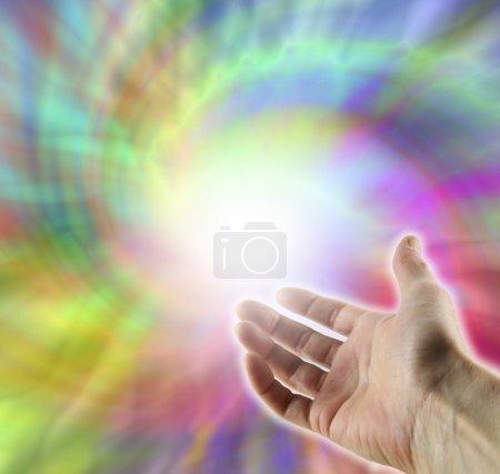 Photo pour Main ouverte vers le haut dans le vortex d'énergie multicolore - image libre de droit