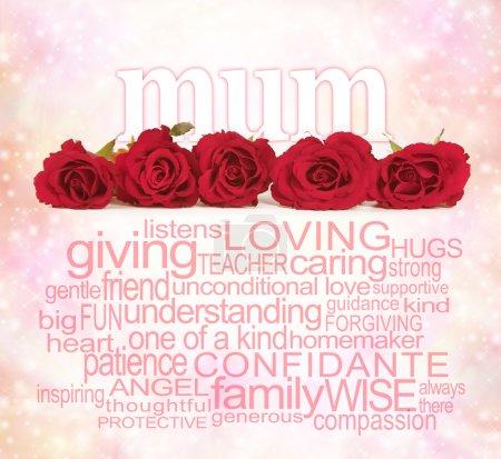 Photo pour Une rangée de cinq têtes de roses rouges avec la mot « maman » émergentes par derrière sur un fond rose bokeh et un nuage de mot maman sous les roses - image libre de droit