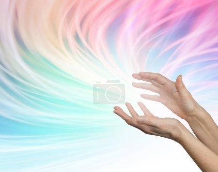 Photo pour Femmes étendues mains cicatrisantes semblant envoyer de l'énergie sur un arc-en-ciel coulant couleur vive whooshing formation d'énergie arrière-plan - image libre de droit