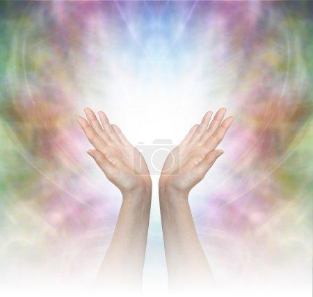 Photo pour Mains guérisseuses étendues avec de la lumière graduée blanche brumeuse sur un beau fond délicat de champ d'énergie multicolore - image libre de droit