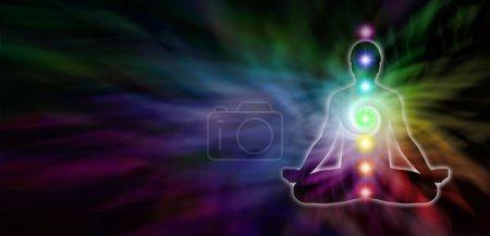 Photo pour Bannière large foncé avec spirale couleur arc-en-ciel et silhouette masculine position du lotus sur le côté gauche - image libre de droit