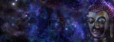 Photo pour Grand ciel bleu profond avec une tête recadrée du Bouddha sur le côté droit et beaucoup d'espace de la copie à gauche - image libre de droit