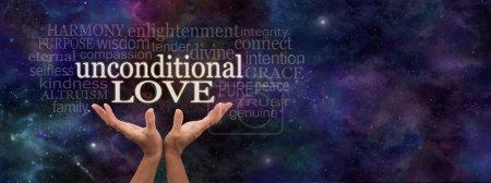 Photo pour Mains féminines atteignant vers les mots « Amour inconditionnel », entouré d'un nuage de mot pertinent sur un fond sombre bleu étoilé deep space - image libre de droit