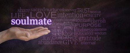Photo pour Paume de main mâle vers le haut avec le mot âme soeur flottant au-dessus, entouré d'un nuage de mot sur fond violet foncé effet pierre large - image libre de droit
