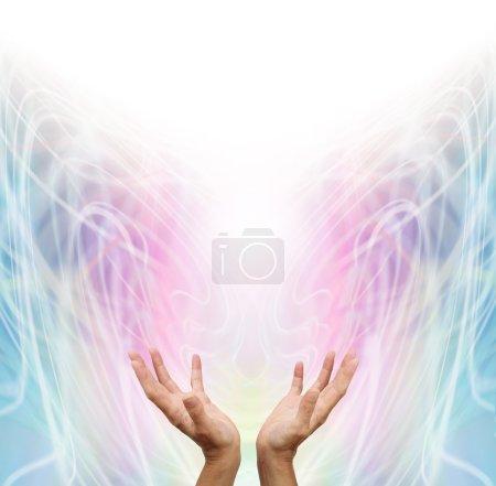 Photo pour Travailleur de l'énergie féminine avec les mains tendues et ouvertes vers le haut détectant l'énergie de guérison sur fond de formation d'énergie tourbillonnante de couleur arc-en-ciel pastel - image libre de droit
