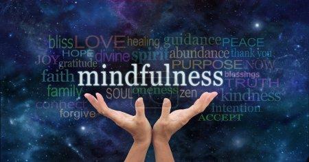 Photo pour Les mains de femelle atteignant vers le mot « Mindfulness » flottant au-dessus d'entouré d'un nuage de mot pertinent sur un fond de ciel bleu nuit - image libre de droit
