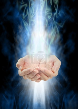 Photo pour Femelle concave mains avec énergie blanche en streaming dans, au-dessus et en dessous sur un fond de brume énergie verte et bleu tourbillonnant - image libre de droit