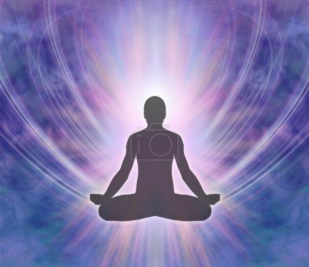 Photo pour Silhouette masculin assis en position du lotus avec un léger éclat derrière sur un fond de formation énergie bleu violet - image libre de droit