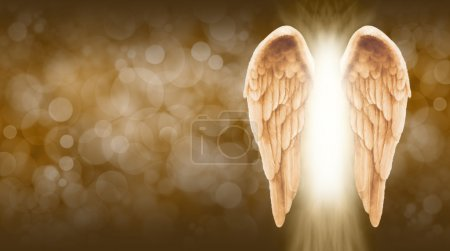 Photo pour - Grand fond marron doré bokeh avec une grande paire d'ailes d'ange sur le côté droit et un arbre de lumière vive entre - image libre de droit