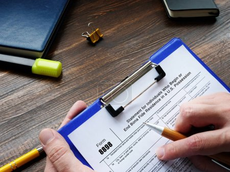 Photo pour Concept d'entreprise signifiant Formulaire 8898 Déclaration pour les particuliers qui commencent ou terminent une résidence authentique aux États-Unis Possession avec inscription sur la feuille - image libre de droit
